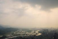 雾霾下深圳河两岸的深圳河香港