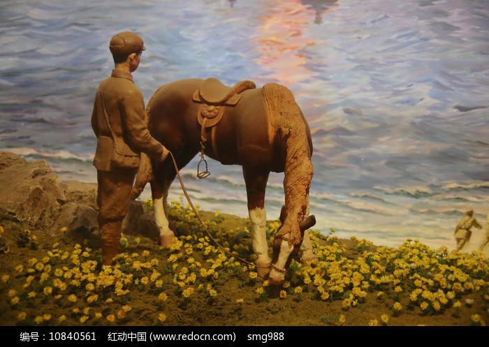 喂马的士兵泥塑图片