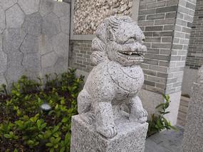 一只石狮子雕塑