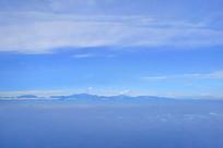 航拍冲出云层的四川龙门山山脉