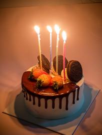 生日蛋糕和燃烧的生日蜡烛