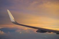 晚霞中飞行的机翼