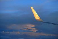 晚霞中飞行的客机