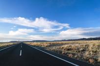 宽阔的道路与辽阔的草原