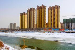 滨江国际高层住宅群与河道雪景