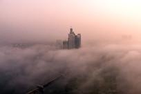 晨雾中的城市