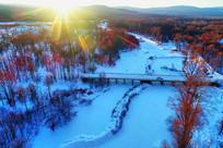 大兴安岭冰封河流桥梁夕阳