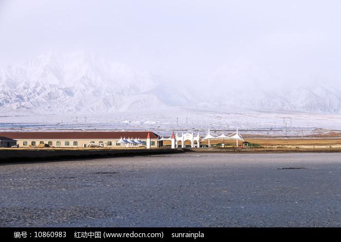 干涸的盐湖与远方的雪山图片