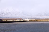 干涸的盐湖与远方的雪山