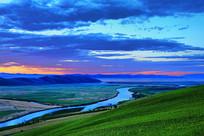 暮色中的草原河湾