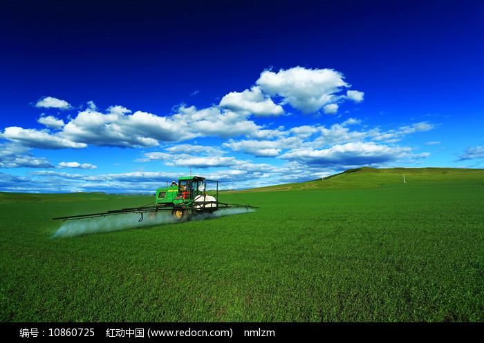农垦麦田喷洒农药图片
