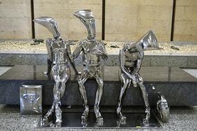 上海浦東機場休息的旅客塑像