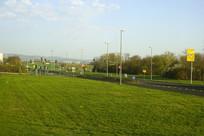 德国法兰克福郊区草坪和公路