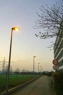 德国法兰克福清晨人行道和路灯