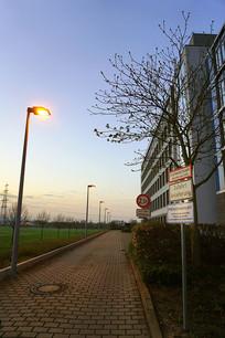 德国法兰克福清晨人行道和路牌