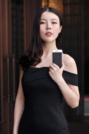 展示手机的美女模特