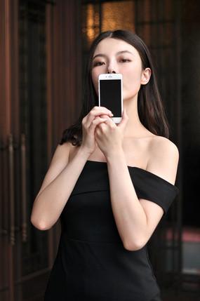 展示手机的女模特