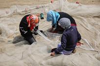补网的渔民妇女
