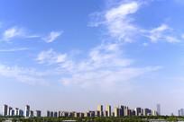 城市的蓝天白云