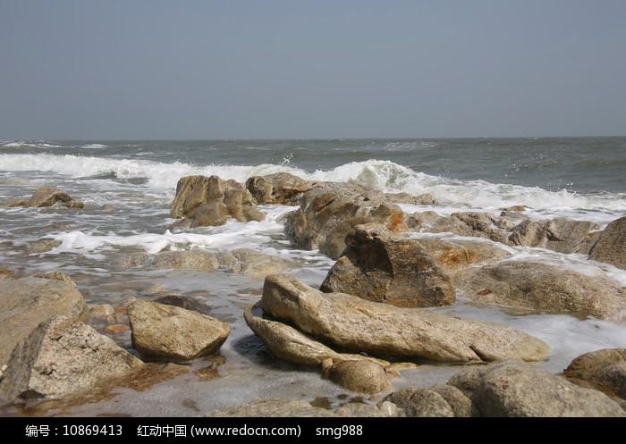 海滩礁石白色海浪