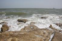 海滩礁石浪花