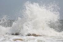 海滩浪花冲击