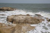 海滩浪花礁石