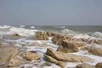 礁石海滩白色浪花