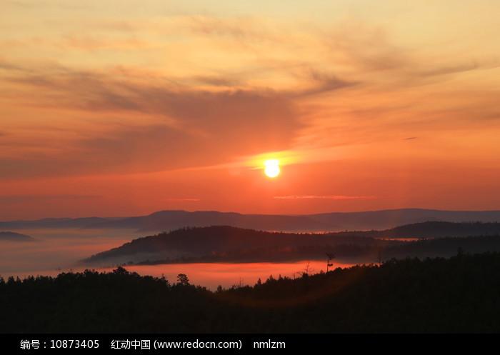 大兴安岭山峦晨雾朝阳 图片