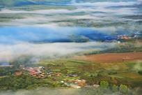 云雾中的大兴安岭山村风景