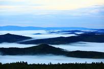 大兴安岭山峦晨雾缥缈