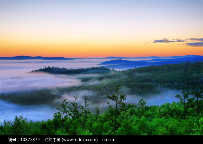 大兴安岭原始森林云雾朝阳图片