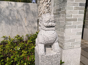 一只石狮子灯柱雕塑