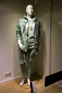 德国服装店橱窗休闲女装展示