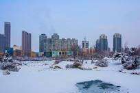 多高住宅建筑群与树林树木雪景