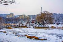 孤岛凉亭石桥与河道山林雪地