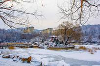 孤岛凉亭石桥与河道树木雪地