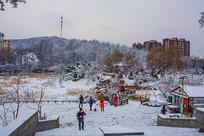孤岛凉亭折形石桥与山树林雪景
