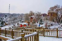 孤岛凉亭折形石桥与树林雪景