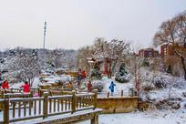 孤岛凉亭折形石桥与树木雪景