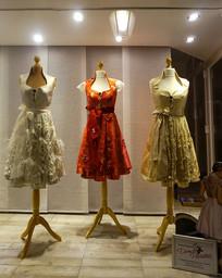 服装店橱窗裙子