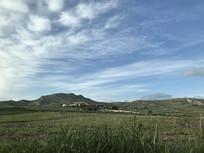 意大利蓝天下绿草