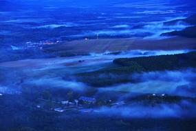 大兴安岭山林蓝色晨雾