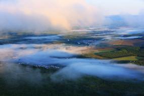 大兴安岭山峦云雾迷漫