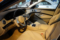 轿车驾座和前排空间