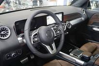 轿车前排驾驶座和方向盘