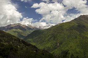 蓝天白云下的山峰山脉