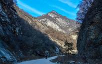 蓝天白云下的山谷小道