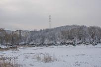 雪覆盖的大地山林与住宅建筑