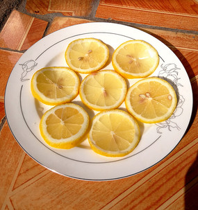 一盤檸檬切片